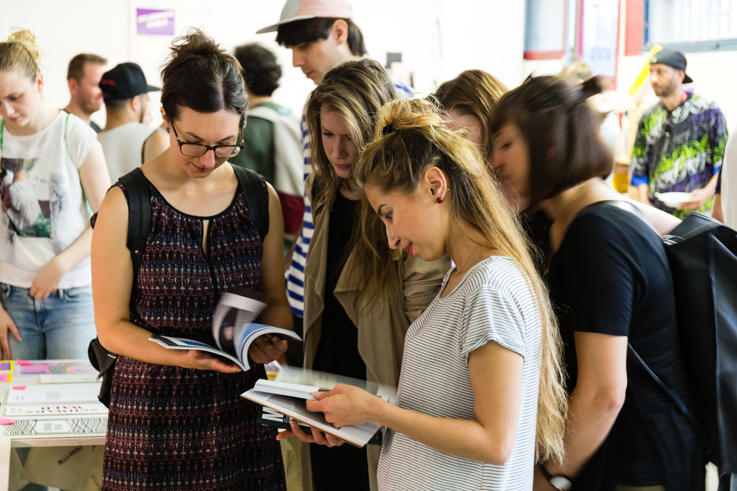 ABOUT – Independent Publishing Fair Mainz 2016 lesende Studentinnen © Christian Weber – Büro für Gestaltung und Kommunikation