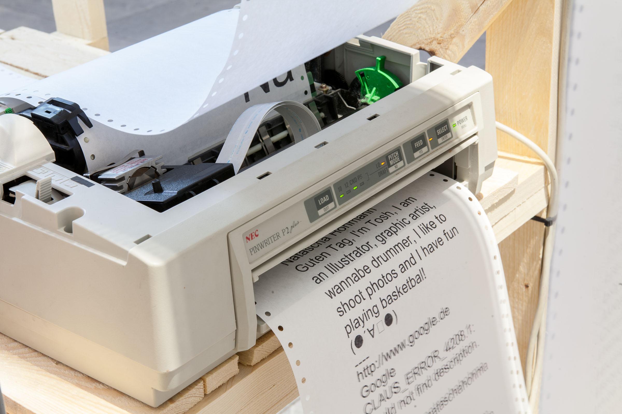 CLAUS™ partizipative Installation Nadeldrucker beim Ausdruck auf Endlospapier © Christian Weber – Büro für Gestaltung und Kommunikation