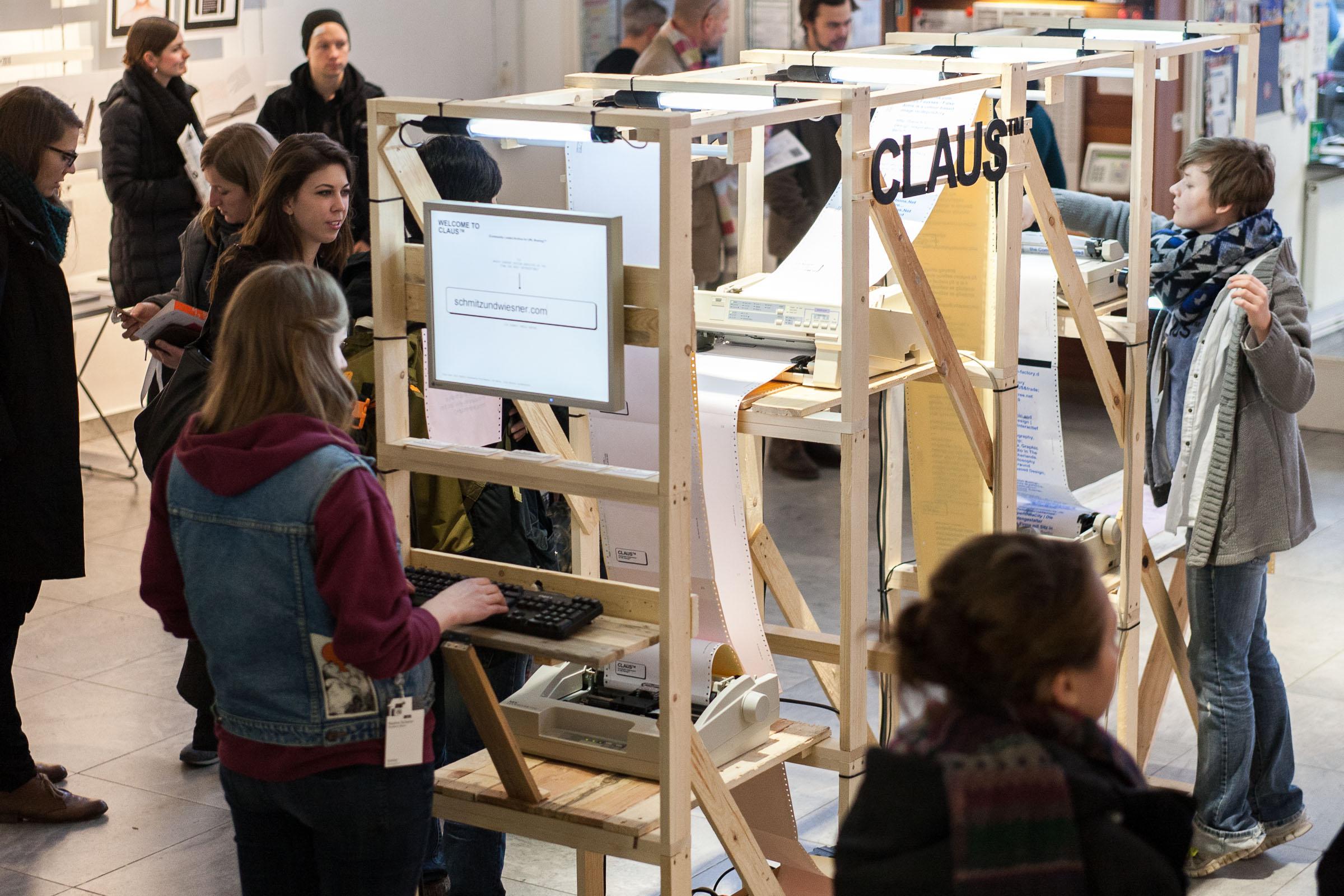 Besucher des Translations 4 Symposiums an der Hochschule Mainz bedienen CLAUS™ © Christian Weber – Büro für Gestaltung und Kommunikation