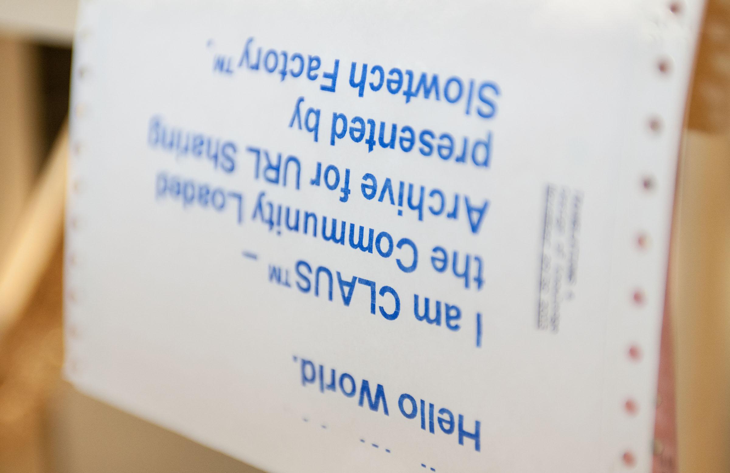 Detailansicht eines Nadeldrucker-Ausdrucks auf Endlospapier der partizipativen Installation CLAUS™ © Christian Weber – Büro für Gestaltung und Kommunikation