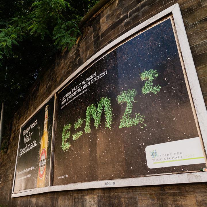 Ansicht des Plakates E=MZ² – Bei uns fällt Wissen auf fruchtbaren in Mainz 2011© Christian Weber – Büro für Gestaltung und Kommunikation