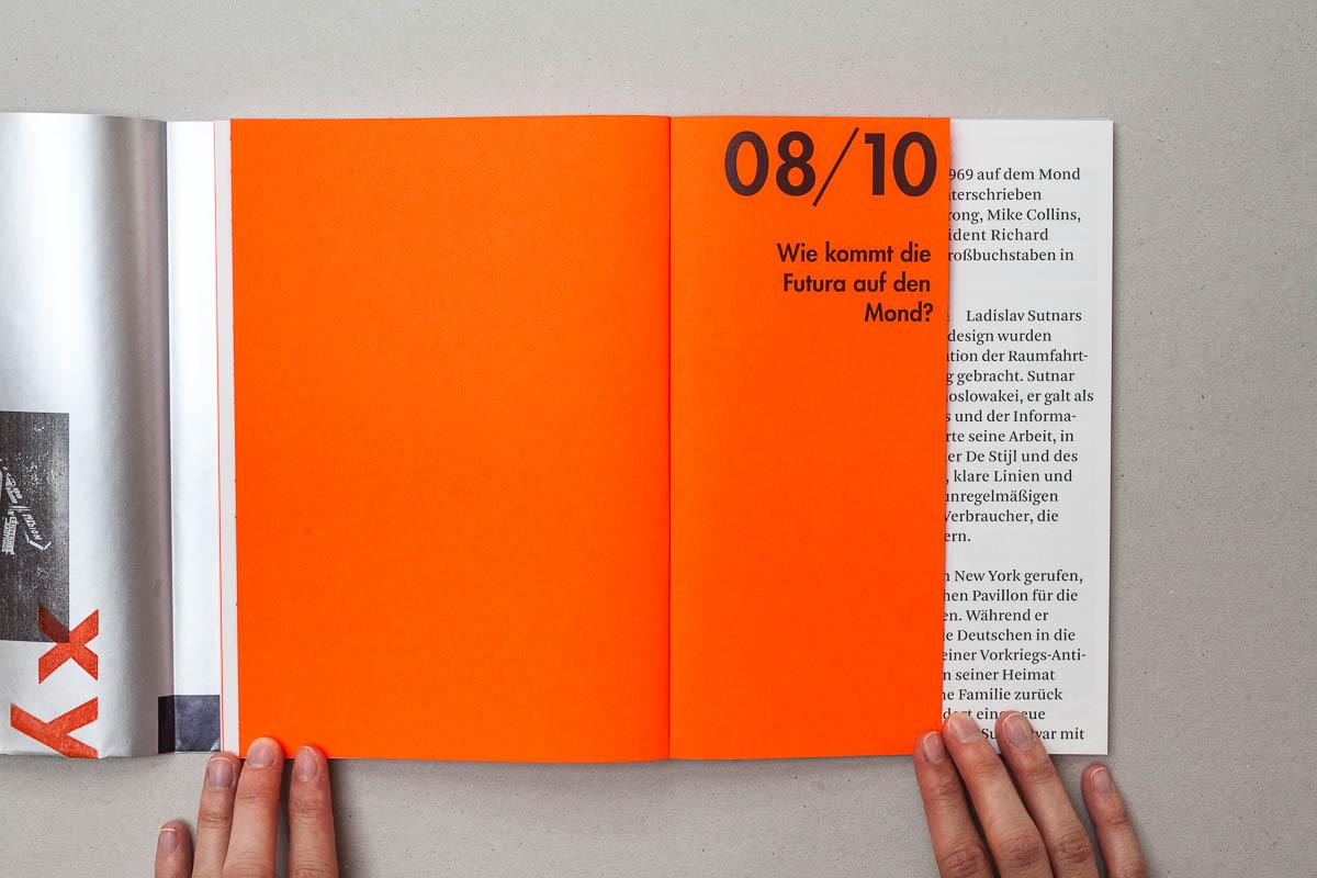Frage acht auf verkürzter Seite auf orangenem Neonpapier Futura – Die sich die Welt eroberte. 10 Fragen und Antworten. © Christian Weber – Büro für Gestaltung und Kommunikation
