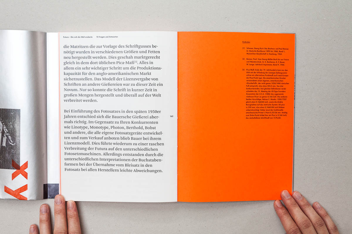 Letzte Seite eines Kapitels links Text rechts Neonpapier mit Fußnoten Futura – Die sich die Welt eroberte. 10 Fragen und Antworten. © Christian Weber – Büro für Gestaltung und Kommunikation