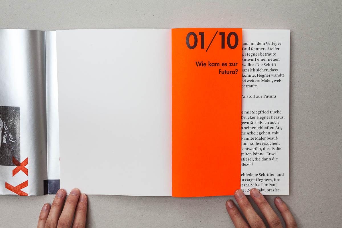 Erste Frage auf verkürzter Seite auf orangenem Neonpapier Futura – Die sich die Welt eroberte. 10 Fragen und Antworten. © Christian Weber – Büro für Gestaltung und Kommunikation