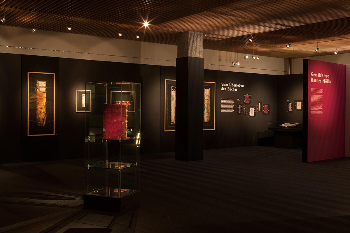 Rechte Seite der Ausstellung mit Gemälden Gutenberg-Museum Mainz – Die imaginäre Bibliothek – Ausstellungsgestaltung © Christian Weber – Büro für Gestaltung und Kommunikation
