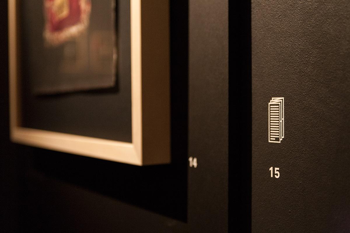 Details der Wandbeschriftung Icon für Ausstellungskatalog/-Flyer Gutenberg-Museum Mainz – Die imaginäre Bibliothek – Ausstellungsgestaltung © Christian Weber – Büro für Gestaltung und Kommunikation