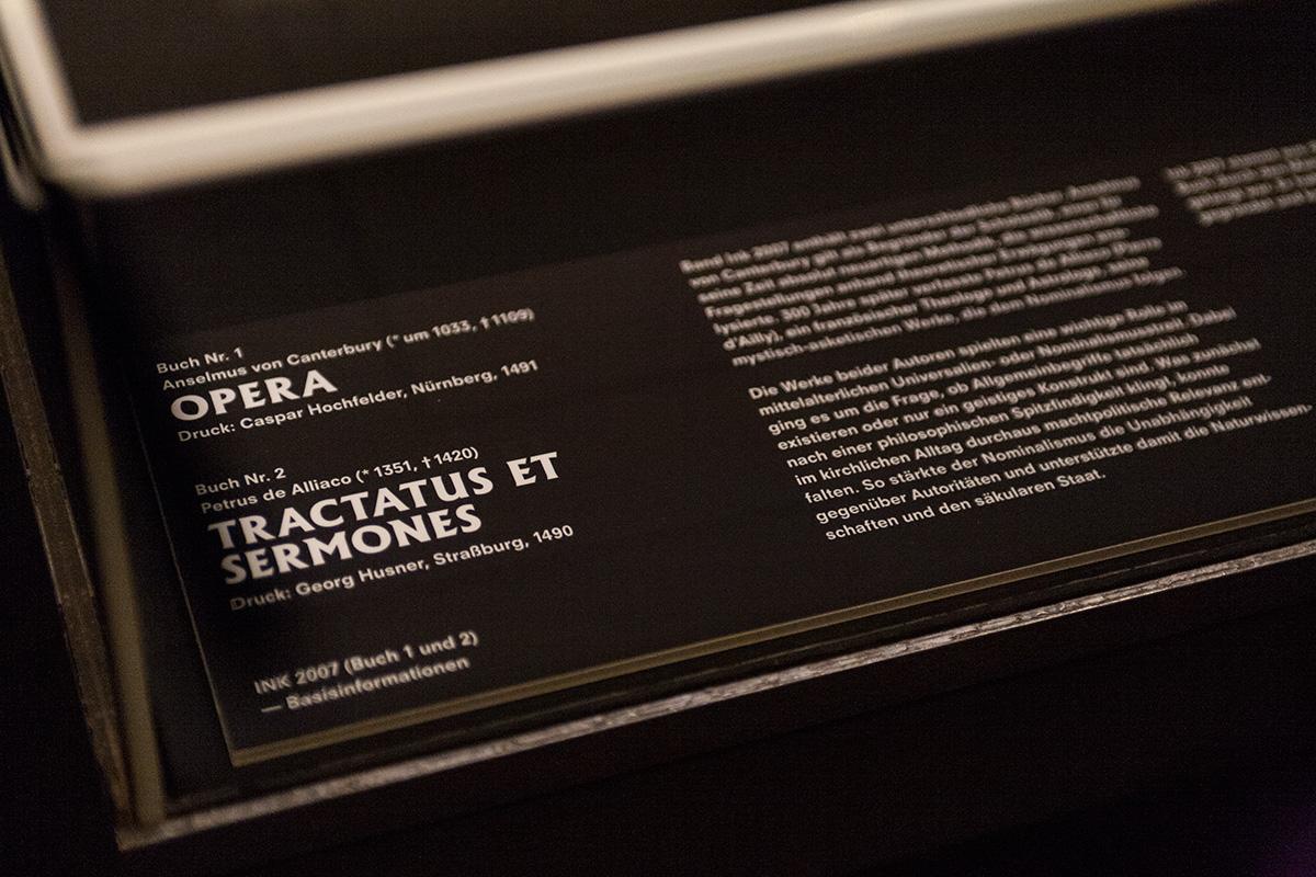 Vitrinenbeschriftung Detailansicht Gutenberg-Museum Mainz – Die imaginäre Bibliothek – Ausstellungsgestaltung © Christian Weber – Büro für Gestaltung und Kommunikation