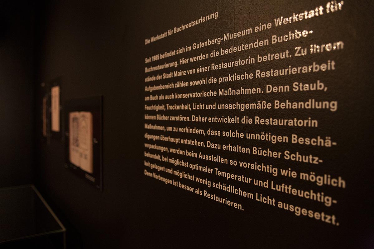 Wandbeklebung Typografie in der Ausstellung Gutenberg-Museum Mainz – Die imaginäre Bibliothek – Ausstellungsgestaltung © Christian Weber – Büro für Gestaltung und Kommunikation