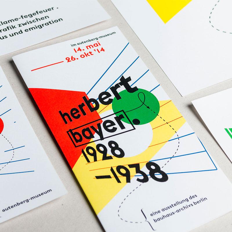 Übersicht Druckprodukte (Plakat, Flyer, Postkarten) zur Herbert Bayer-Ausstellung im Gutenberg-Museum Mainz. Das Museum der Zukunft © Christian Weber – Büro für Gestaltung und Kommunikation