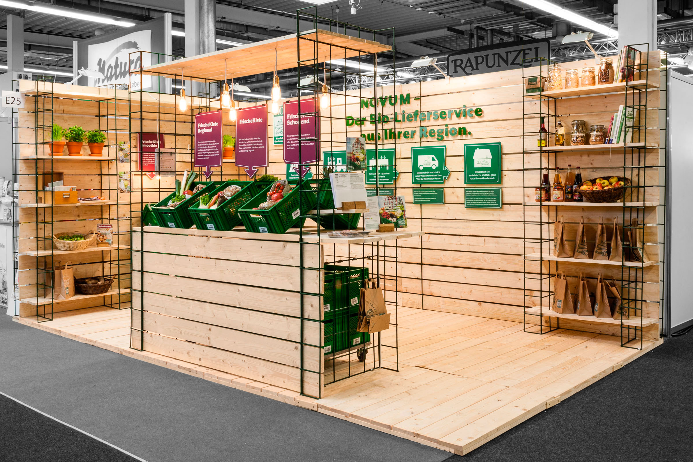 Ansicht von rechts Holz Baudiele Baustahlmatte Messestand für NOVUM – Das Obst- und Gemüseabo © Christian Weber – Büro für Gestaltung und Kommunikation