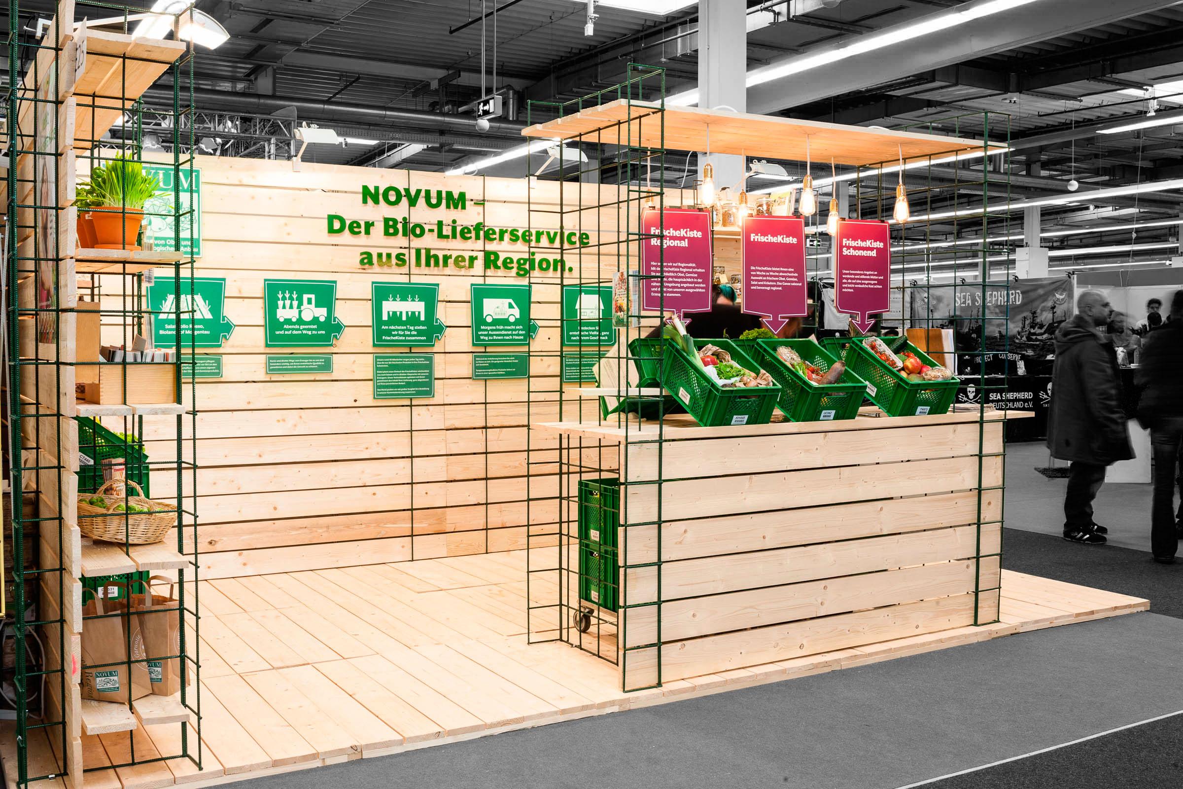 Ansicht von links Wandbeschriftung Messestand für NOVUM – Das Obst- und Gemüseabo © Christian Weber – Büro für Gestaltung und Kommunikation
