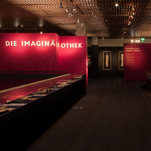 Eingangsbereich mit Wandbeschriftung Gutenberg-Museum Mainz – Die imaginäre Bibliothek – Ausstellungsgestaltungn © Christian Weber – Büro für Gestaltung und Kommunikation